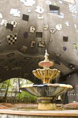 fontanna przy domu Hundertwasser'a