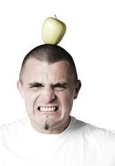 jeune homme effrayé visé pomme sur la tête