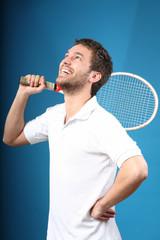 cooler junger mann sportlich mit tennisschläger