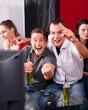 Freunde sehen ein spannendes Spiel im Fernsehn