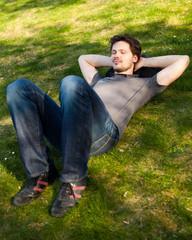junger Mann beim entspannen im Park