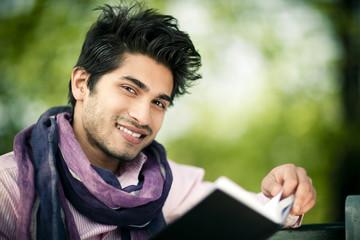 homme métis lecture sourire