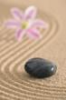zen garten mit sand und stein