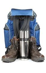 2 Wanderschuhe mit Thermoskanne und Rucksack