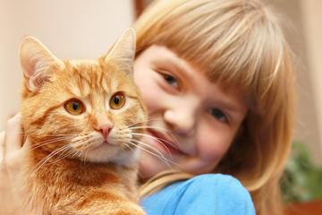 Dziewczynka przytula kota