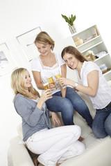 drei freundinnen trinken bier