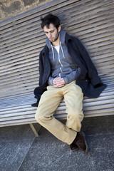Jeune homme triste sur un banc