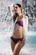 Model unter Wasserfall