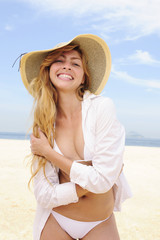 summer fashion: sensual and stylish woman on the beach posing