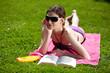 Frau entspannt sich auf Wiese