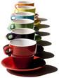 Alignement de tasses colorées