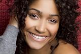 Uśmiechnięta latynoska - 22247744