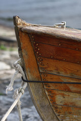 prua di una barca di legno