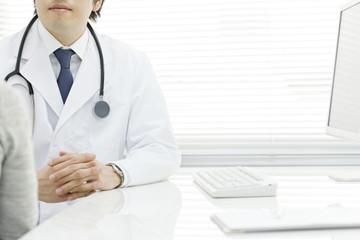 患者の話しを聞く医師