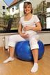 Schwangere Frau auf Gymnastikball
