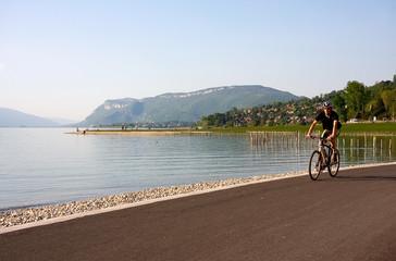 vélo au bord du lac du Bourget