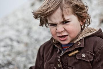 enfant colère visage tête grimace carctère durtenace élevé éduqu