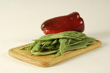Alubias verdes y pimiento rojo en tabla