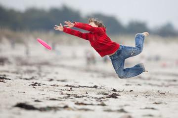 sauter attraper enfant frisbee sport sable plage énergie dépense
