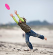 attraper réceptionner frisbee enfant sport sauter énergie object
