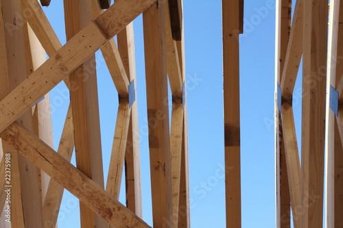 Holzschalung vor blauem Himmel