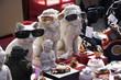 Lustige Figuren mit Sonnenbrille auf dem Tödelmarkt.