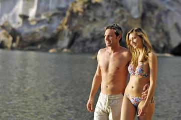 coppia in riva alla spiaggia