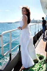 Mujer adulta navegando por el Bosforo de Turquia