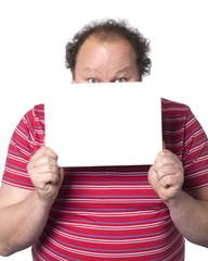 homme obèse derrière un panneau blanc