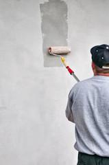 Pittore tinteggia il muro
