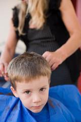 bambino si fa tagliare i capelli da donna bionda