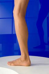 Bein, Frauenfuss vor blau