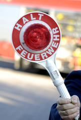 Feuerwehrmann hält Kelle Halt Feuerwehr