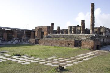 pompéi,temple de Jupiter sur la place du forum