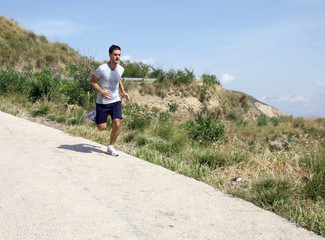 Corsa in discesa in montagna