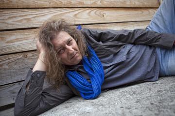 Homme rocker quinquagénaire en repos