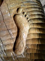 huella de pie tallada en madera