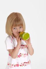 blondes Mädchen mit Trinkflasche