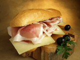 Sabroso bocadillo de jamón y queso poster