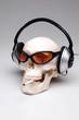 Cooler rauchende Totenkopf mit Sonnenbrille und Kopfhörern