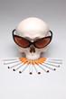 Cooler rauchende Totenkopf mit Sonnenbrille und Zigaretten