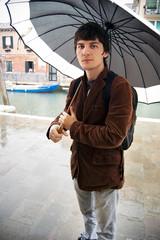 uomo sotto l'ombrello