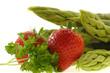 Grüner Spargel mit Erdbeeren und Petersilie
