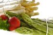 Spargel Grün und Weiss mit Erdbeeren und Petersilie