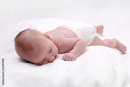 Petit b b couch sur le ventre de aldegonde le compte photo libre de droits 22595938 sur - A quelle heure coucher bebe ...
