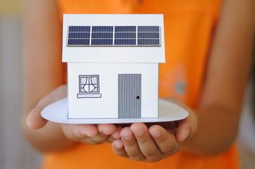 Maisonnette avec des panneaux solaires.