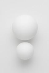 大きさの違う2つの白い球体