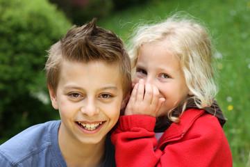 Kinder beim flüstern