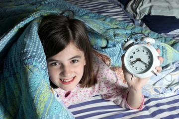 bambina sorridente con sveglia
