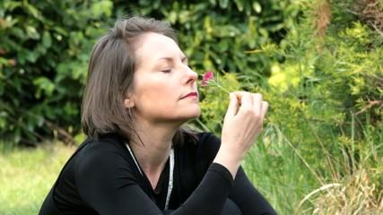femme pensive avec sa fleur